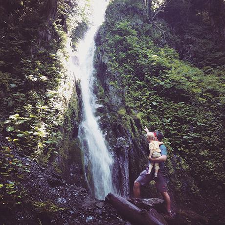 С сыном у безымянного водопада по пути на кругозор