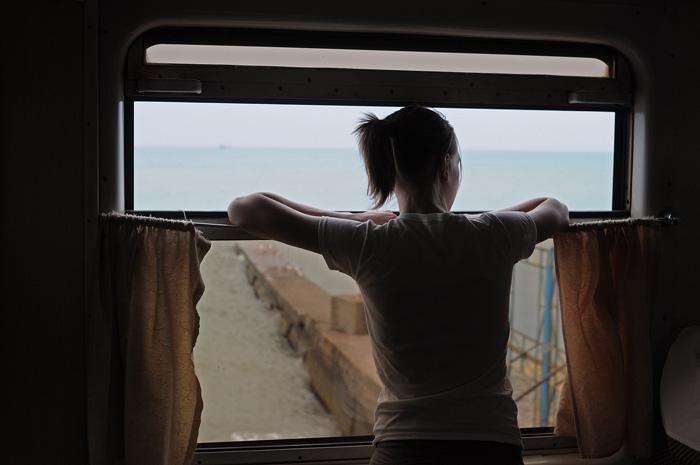 Поезд вдоль побережья Сочи